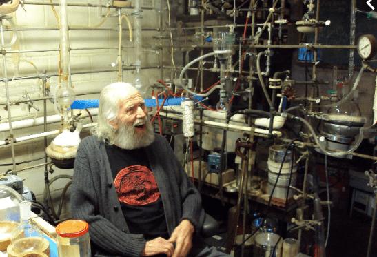 alexander shulgin in zijn laboratorium